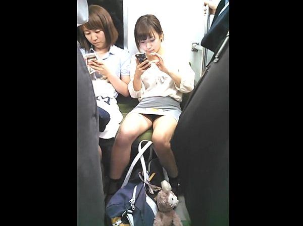 【HD盗撮】お母さんと一緒!電車対面のロリ美少女の無防備すぎる股間からパンチラ凝視www