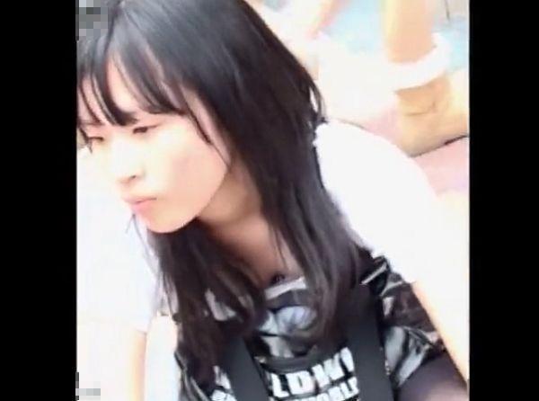 【盗撮】乳首見えてんじゃん!!!街中で素人ギャル達の胸チラを撮影しまくった結果www
