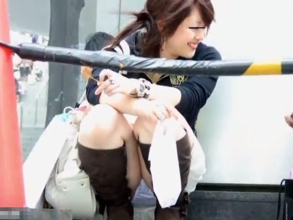 【盗撮】イベント開演待ちの素人美人さん達の股間ガードがゆるくてパンチラ見放題www