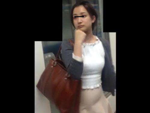 【盗撮】駅構内で美女を尾行!チャンスを伺いまさかのスカート捲りパンチラを強行してる!!