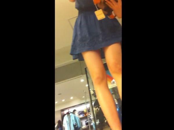 【盗撮】美脚そろいの美人ショップ店員のパンチラを無断で隠し撮りした完全オカズ映像がコレ!!