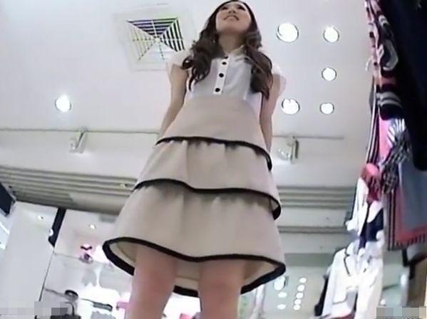 【盗撮】パンチラ最高傑作!超絶SSS級美人なショップ店員の食い込みムチムチTバックwww