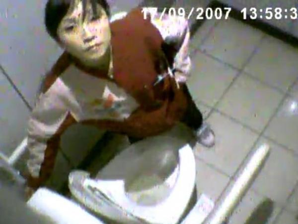 【盗撮】セ○ンイレブンの店長がトイレを隠し撮り!女性スタッフの映像がネット流出!!