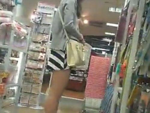 【盗撮】マジな奴じゃん!店内でミニスカ素人お姉さんに粘着してパンチラを隠し撮りしてる!!