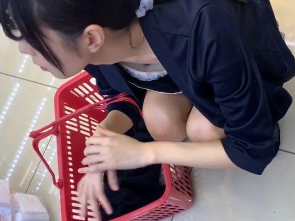 【HD盗撮】素人娘に接近したらまさかの乳首見え胸チラGETしてのパンチラ撮り放題www