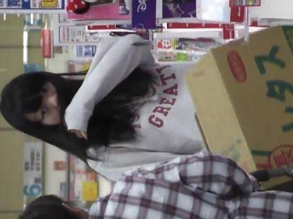 【盗撮】母親と買い物に来てた私服女子校生のパンチラ撮影してバレた決定的瞬間!!