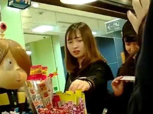 【盗撮】可愛い女子校生の素人娘の下半身を逆さ撮りしてパンチラ無断撮影してる!!