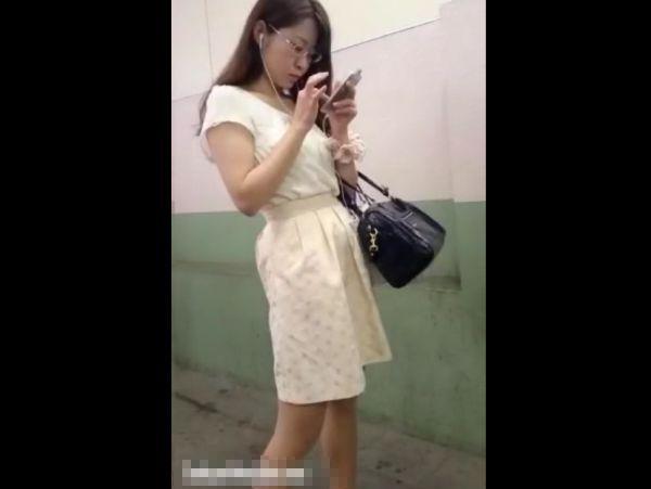 【盗撮】お色気バッチリ!清楚なメガネお姉さんのスカートを捲りパンチラ隠し撮り!