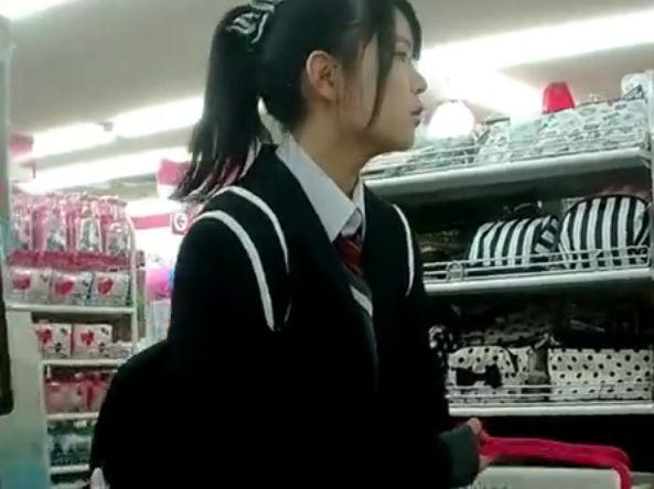 【盗撮動画】ポニテ美少女の買い物中にスカート内を逆さ撮りしてパンチラを獲得www