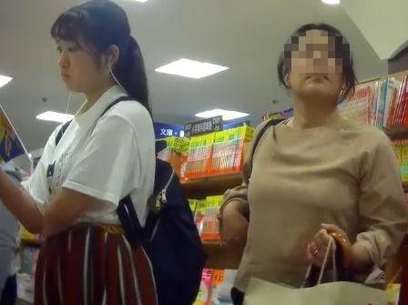 【HD盗撮】JC中○生の清純お嬢ちゃんの立ち読み中にパンチラ隠し撮りとかwww