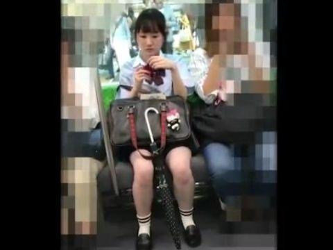 【盗撮】清楚美少女の制服女子校生を逆さ撮りすると超絶食い込みパンチラ発覚www