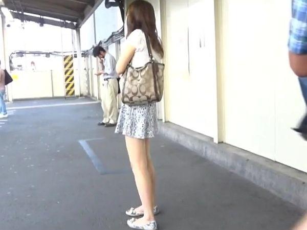 【盗撮】美脚すぎて堪んねえ!!!生足素人美人さんに犯罪行為のスカート捲りパンチラ!!