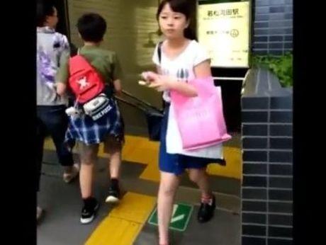 【リアル盗撮】即削除!どう見ても初潮前のJS小●生の童顔ロリ美少女のパンチラ攻略!!