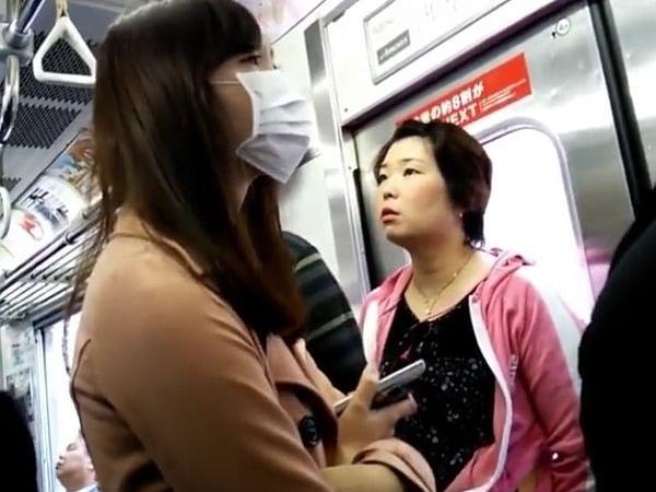 【リアルHD盗撮】マスク越しにも美人がバレてる素人ギャルのパンチラを逆さ撮り!!