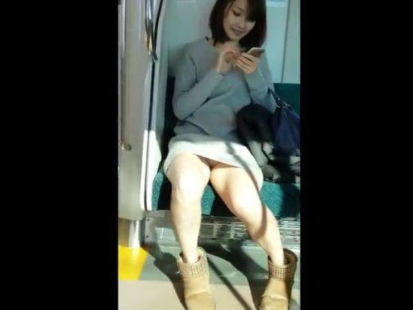 【リアル盗撮】まさしく絶景のパンチラ!電車で超絶美人なお姉さんの股間を凝視www